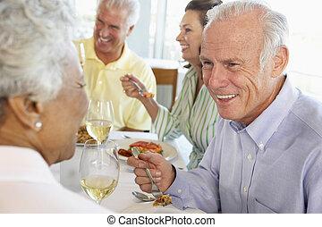 almuerzo, amigos, teniendo, juntos, restaurante