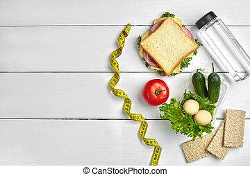 almuerzo, cajas, con, emparedado, y, verduras frescas, botella de agua, y, huevos, blanco, de madera, fondo., punta la vista, con, espacio de copia
