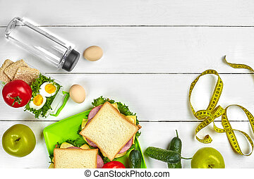 almuerzo, cajas, con, sándwiches, y, verduras frescas, botella de agua, y, huevos, blanco, de madera, fondo., punta la vista, con, espacio de copia