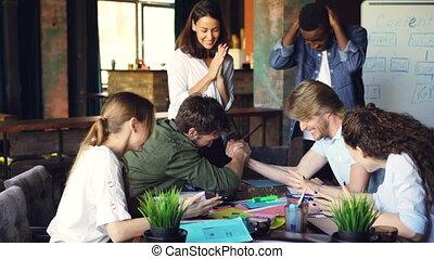 alors, barbu, lieu travail, pratiquer, applaudir, lutte, jeune, rejoicing., enjôleur, élevé, mâle, joyeux, collègues, cinq, homme, mains, bras, rire