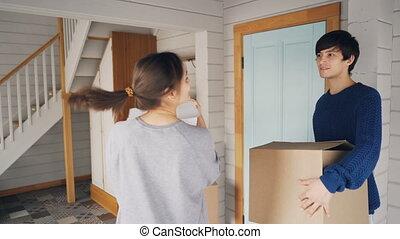 alors, femme, things., haut, famille, porte ouverture, concept., relocalisation, maison, regarder, leur, boîtes, aller, entrer, baisers, homme, nouveau, carton, porter, autour de