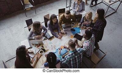 alors, groupe, business, séance, sommet, gens, début, conversation, course, ensemble., meeting., mélangé, applaudir, table, vue