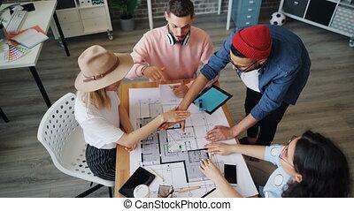 alors, groupe, employés, ensemble, conception projet, mains, discuter, joindre