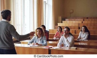alors, groupe multi-ethnique, elle., pointage, gens, professeurs, concept., jeune, prof, conversation, asiatique, écoute, sourire, mains, girl, élévation, élèves