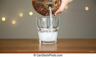 alors, noix coco, verre, verse, glace, lumières, contre, fond, water., jets, homme