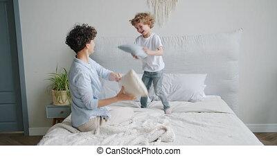 alors, oreillers, lit, enfant, combat, rire, mère, amusement, tomber, avoir, heureux