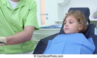 alors, outillage, prend, broche, filles, dentiste, polishes, dents, succion