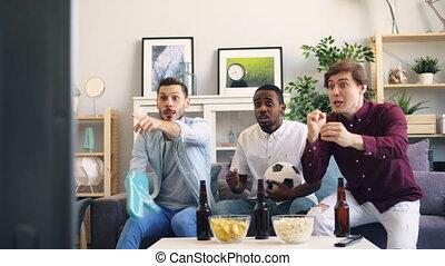 alors, regardant télé, types, football, rire, mains, maison, secousse, excité