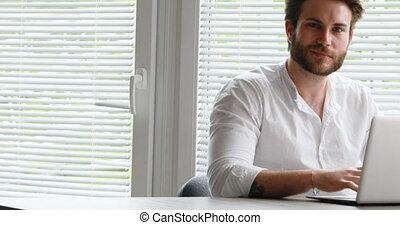 alors, sourire, homme appareil-photo, écriture