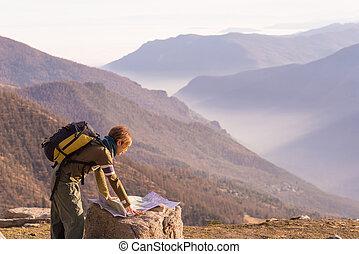 alpes, mapa, mujer, punto, panorámico, viajando arduamente, ...