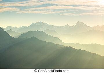 alpi, in, morbido, backlight., toned, catena montuosa, di, il, massiccio, des, ecrins, parco nazionale, francia, sorgere, più alto, paragonato a, 4000, m, altitudine, da, il, alpino, arc., telefoto, vista, a, sunset.