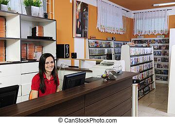 alquiler, mujer, almacén video, trabajando