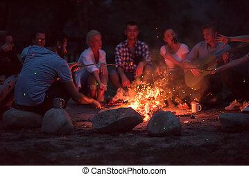alrededor, campfire, amigos, relajante, joven