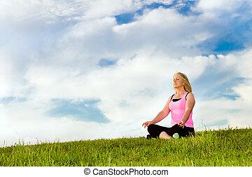 alt, frau, in, sie, 40s, meditieren, für, übung, draußen