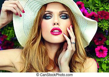 alta moda, look.glamor, closeup, ritratto, di, bello, sexy, elegante, biondo, giovane, modello, con, luminoso, trucco, e, dentellare labbri, con, perfetto, pulito, pelle, in, cappello, occhi blu