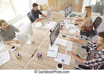 alta veduta angolo, di, lavoratori ufficio