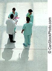 alta veduta angolo, di, uno, squadra medica, ciarlare, in, un, atrio