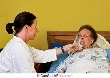 alte frau, in, a, krankenpflege, sorgfalt
