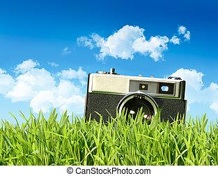 alte kamera, in, großes gras