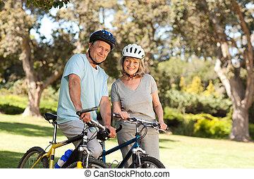alten paaren, mit, ihr, fahrräder