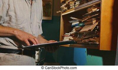 alter mann, buchhalter, in, ein, altes , buero, untersucht, papier, berichten, der, documents., altes , geschäftsmann, professionell, arbeits büro, lifestyle., altes , geschäftsmann, buchhaltung, begriffe
