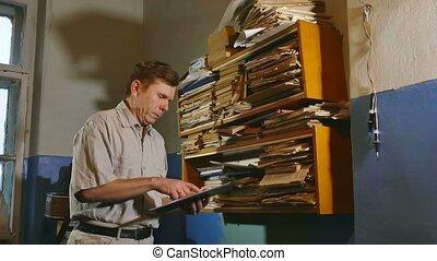 alter mann, buchhaltung, schreiber, retro, berührungen, der, papier, in, ein, altes , buero