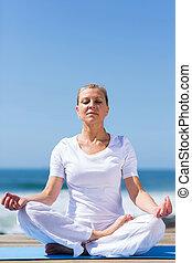 alter, meditierende frau, mittler
