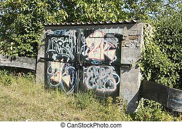 Alter Steinschuppen mit Graffitti bemalt