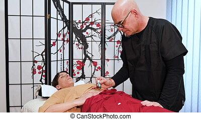 alternative, médecine chinoise, demande, thérapeute, moxibustion, traditionnel, method.