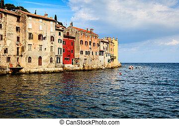 altes , häusser, gegenüberstehen meer, in, der, mittelalterlich, stadt, von, rovinj, kroatien
