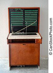 altes , telefon, telefonzentrale, vor, a, weiße wand