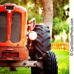 altes , weinlese, roter traktor, stehende , auf, a, bauernhof- feld, an, sunset.