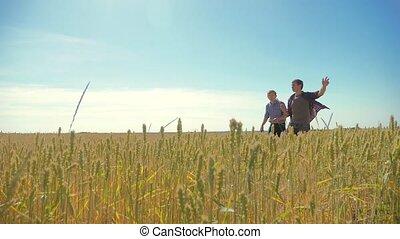 altes , zwei, landwirte, sommer, mann, weizen- feld, rennender , in, der, feld, weizen, bread., zeitlupe, video., landwirt, ökologie, concept., landwirtschaft, arbeiter, arbeitende , lebensstil, in, der, field., klug, landwirtschaft, ökologie, mann, arbeiter, landwirtschaft, begriffe