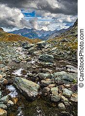 altitudine alta, alpino, flusso, con, cielo drammatico