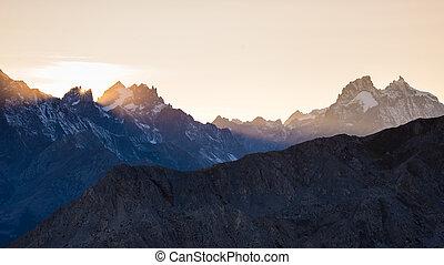 altitudine alta, alpino, paesaggio, a, alba, con, primo, luce, ardendo, il, maestoso, alto picco, di, il, barre, des, ecrins, (4101, m), france.