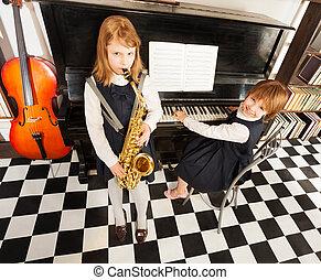 alto サクソフォーン, ピアノ, 女の子, 遊び