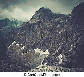 alto, montanha, sobre, nevoeiro, pico