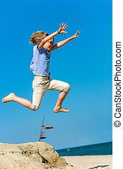 alto, niño, playa., saltar