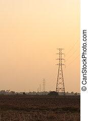 alto voltaje, accione asta, medio, de, un, campo de maíz, en, sunset.