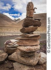 altopiano, strada, passare, in, himalaya, montagne, con, pietra, piramide