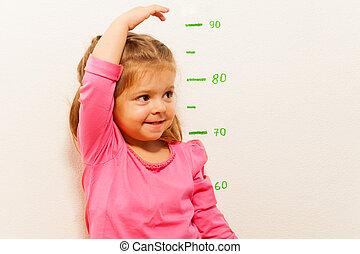 altura, niña, poco, pared, medida