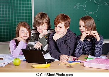 alumnos, el mirar, un, computador portatil