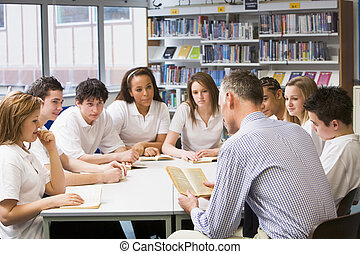 alumnos, y, profesor, estudiar, en, biblioteca de la escuela