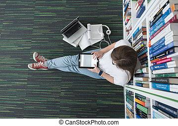aluno feminino, estudo, em, biblioteca