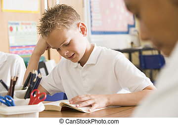 aluno, lendo um livro, classe