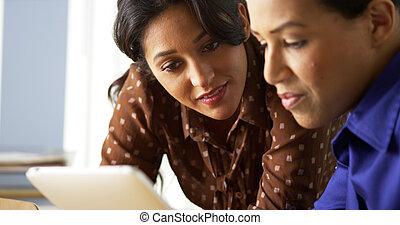américain africain, et, hispanique, femmes affaires, utilisation, tablette, informatique