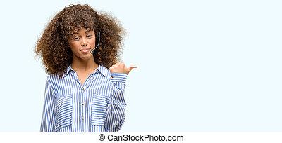 américain africain, téléopérateur, opérateur, pointage femme, à, main, et, doigt, haut, à, visage heureux, sourire