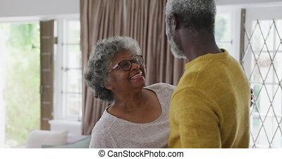 américain, africaine, couple, salle, dépenser, maison, di, ensemble, personne agee, temps, danse, vivant, social