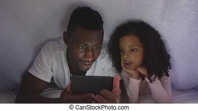 américain, africaine, fille, lit, regarder, père, téléphone