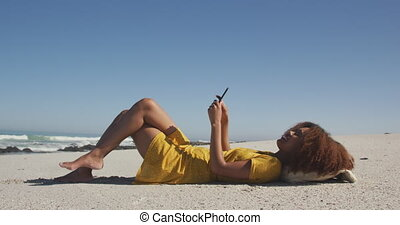américain, africaine, plage, elle, téléphone